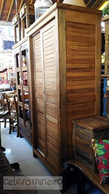 guarda-roupa em madeira de demolição com acabamento em veneziana com portas de correr