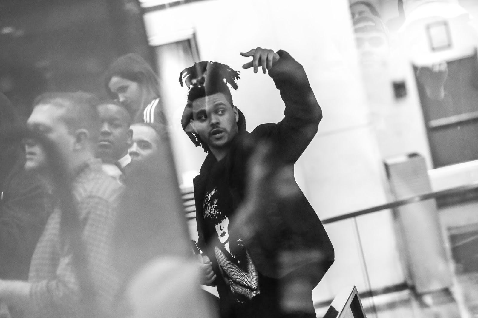 "The Weeknd está apaixonado no lindo, conturbado e épico clipe de ""I Feel It Coming""!"