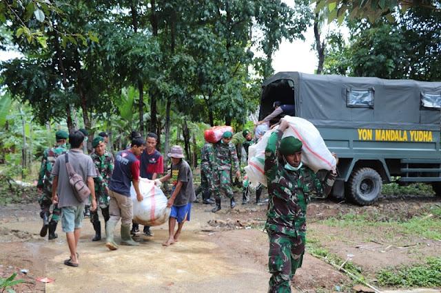 Demi Warga Tertimpa Musibah, Prajurit Mandala Yudha Kirimkan Bantuan Logistik Door To Door