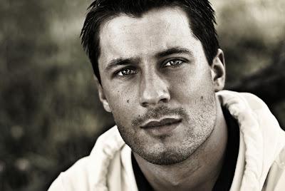 Portraitfoto eines Mannes in Schwarz-weiß