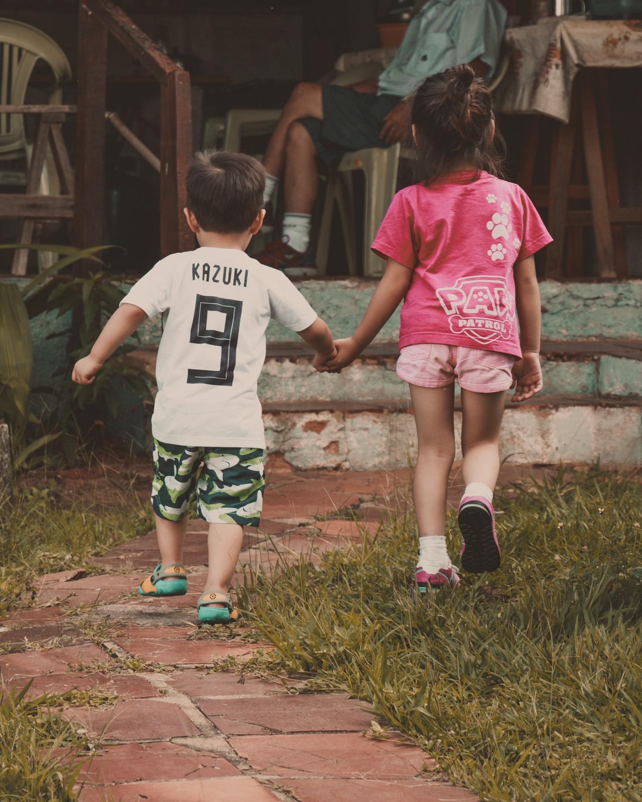 daily blog diarinho crianças mãos dadas