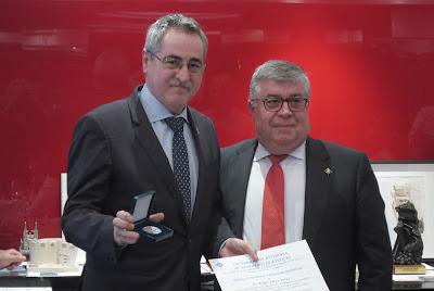 Ángel Pérez con la medalla individual de FASFIL