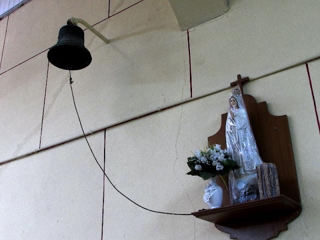 imagem de Nossa Senhora de Fátima e sino
