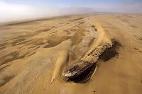 Tormenta, arena y barcos