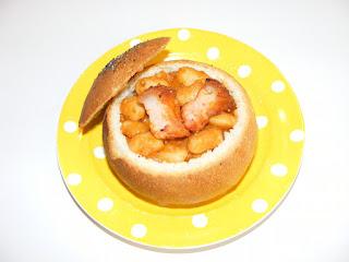 retete de mancare iahnie de fasole cu carne afumata servita in paine de casa,