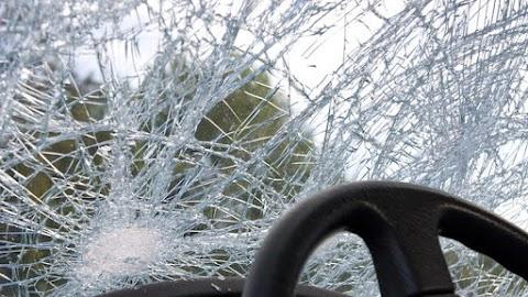 Villanyoszlopnak ütközött egy autó Szolnokon