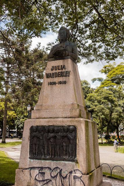 Herma em homenagem à Julia Wanderley, em Curitiba.