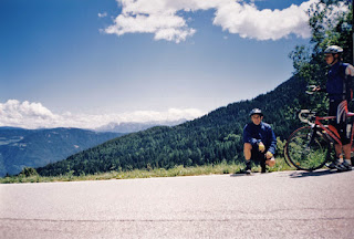 V pozadí se objevuje panorama Dolomitů