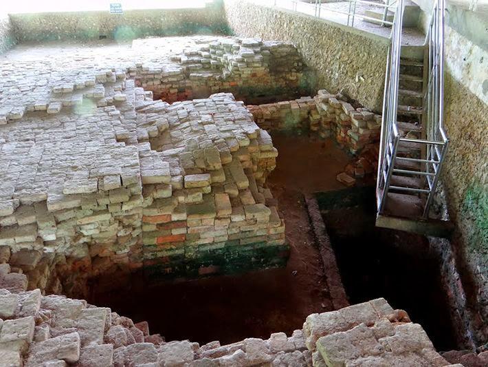 Nền móng Tháp cổ tại Khu Di Tích Gò Tháp