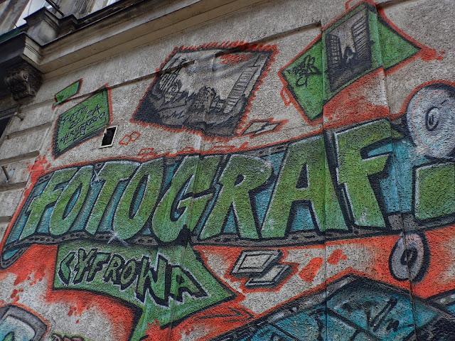 Fotograf reklamuje się muralem