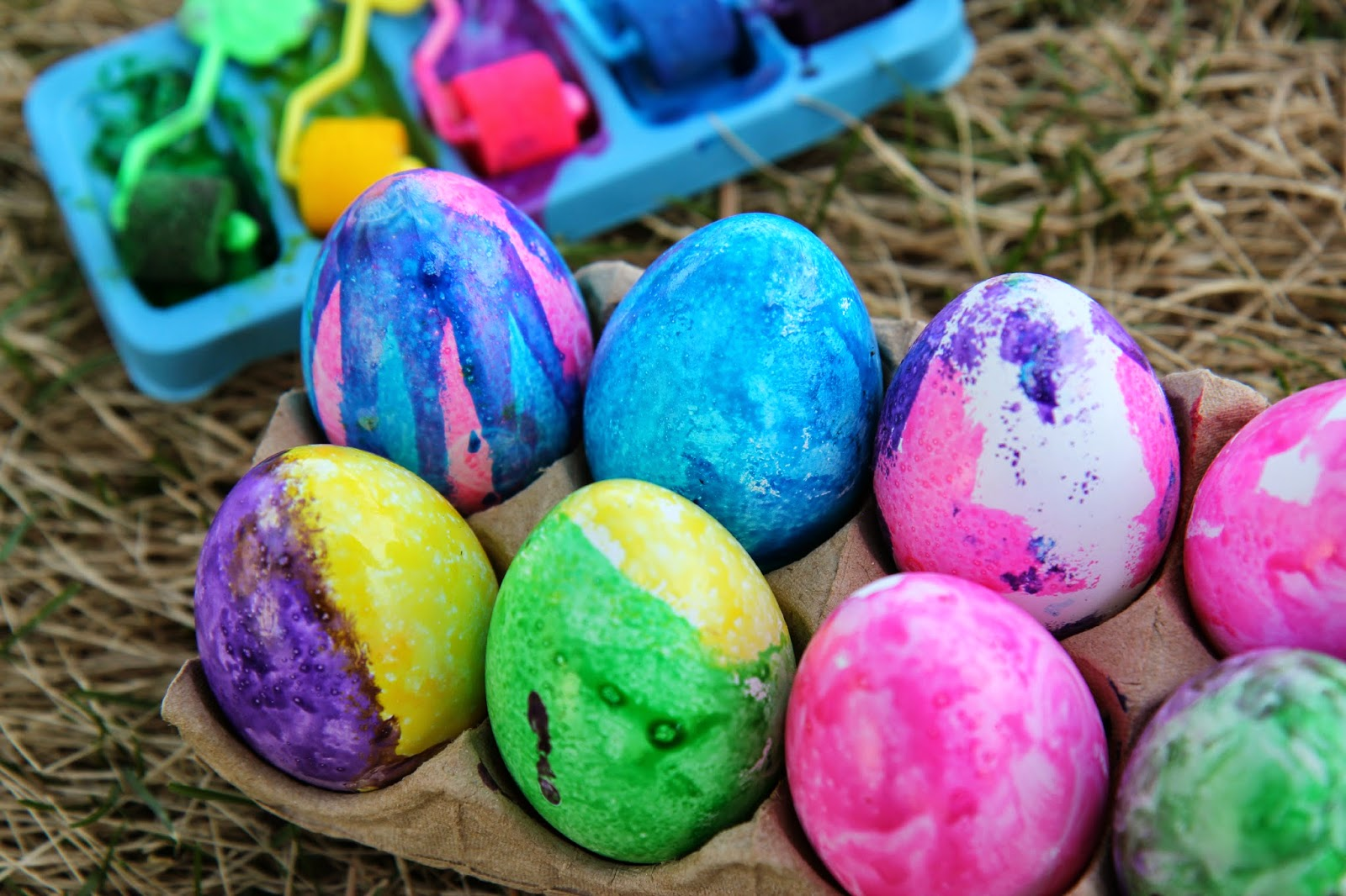 Use Plastic Eggs for No-Break Roll-Dyed Easter Decorations ...