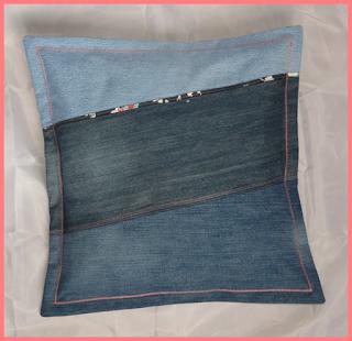 Housse pour coussin 40 x 40 cm en jeans récup montés façon patchwork et liseré tissu japonisant