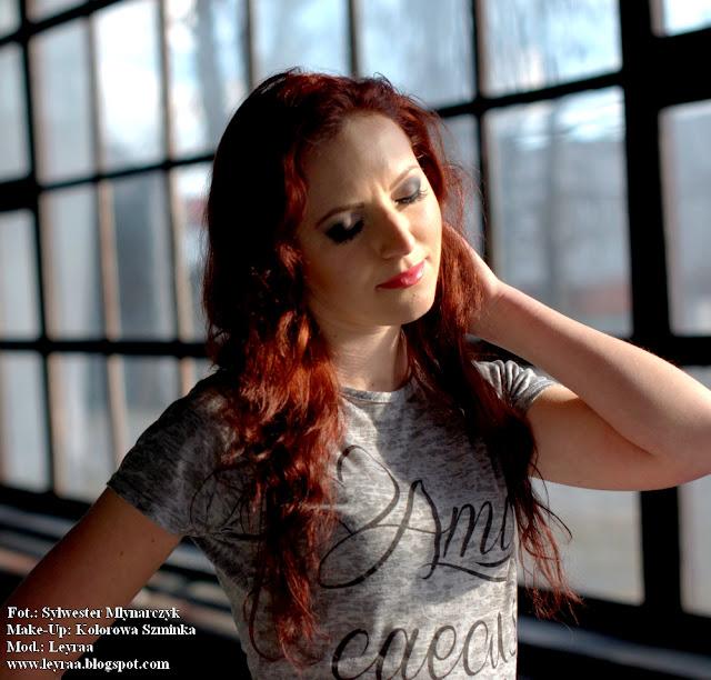 5.03.2017 Szara koszulka, jeansowa koszula, czerwona mini spódnica, czarne rajstopy, czarne lity z ćwiekami