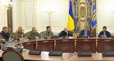 Порошенко объявил о введении военного положения