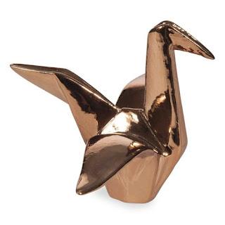 http://www.maisonsdumonde.com/FR/fr/produits/fiche/statuette-grue-origami-en-porcelaine-h-10-cm-ambre-161289.htm