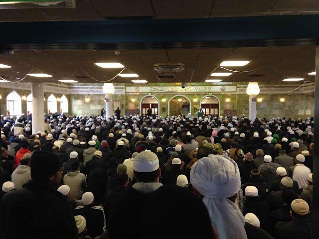 Ofício fúnebre na mesquita Jamia Masjid Ghamkol Sharif, Birmingham