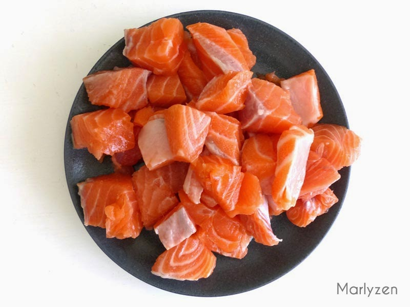 Coupez le saumon en cubes.