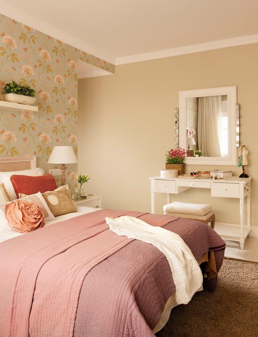 wystrój wnętrz, home decor, wnętrza, dom, mieszkanie, aranżacja, sypialnia, łóżko, narzuta, lampka nocna, półka, poduszki ozdobne, toaletka
