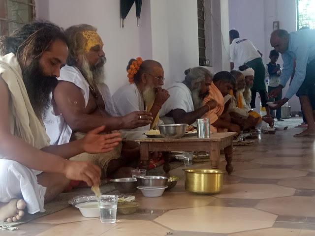 अटल पंथ तेरह भाई अखाडा के महन्त श्री 108 भानुप्रताप जी महाराज के आगमन पर हनुमान मंदिर में हुआ प्रसादी वितरण  कार्यक्रम का आयोजन | Bharatpur Latest news in hindi.