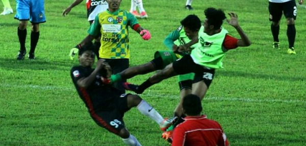 "[VIDEO] Demi Tiket Play Off, Sepakbola ""Barbar, Karate, Kungfu"" Terjadi di Kanjuruhan"