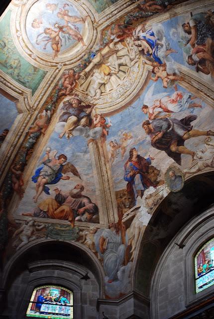 Bon, elle a de jolies fresques sur certains plafonds, mais ce n'est pas pour cela qu'on est surpris en pénétrant à l'intérieur…