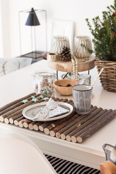 weihnachtlich gedeckter Tisch , Nagermatte als Platzset, tannengrün, Weihnachtsdekoration in holz weiss schwarz grün gold