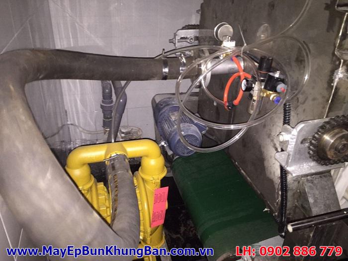 Bơm màng khí nén Versa Matic - USA lắp cho một máy ép bùn khung bản tại Bình Dương