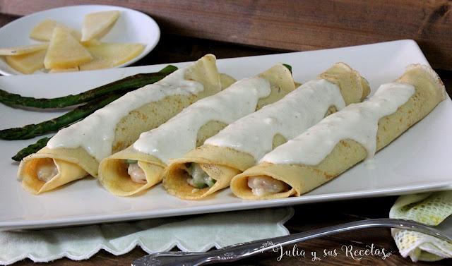 Crepês rellenas de gambas y espárragos con salsa de queso