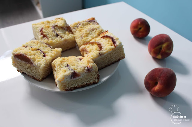 Ciasto drożdżowe z serową pierzynką, brzoskwiniami i kruszonką