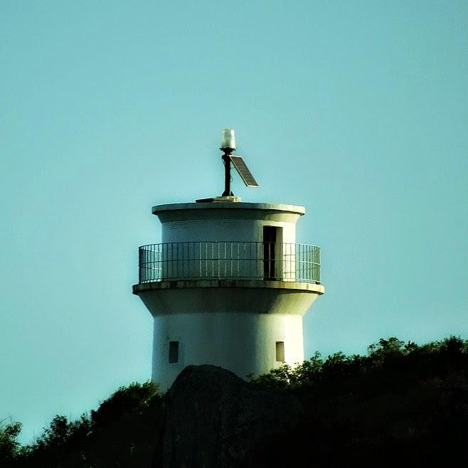 Ponta do farol vista da Praia de Naufragados [no Extremo Sul de Florianópolis].
