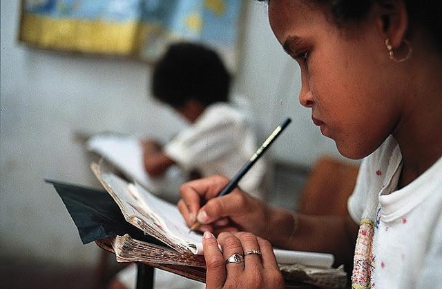 Em comparação com os demais países, o Brasil ocupa a 63ª posição em ciências; a 59ª posição em leitura e a 65ª posição em matemática
