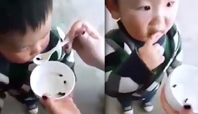 Anak diberi makan kecebong mentah