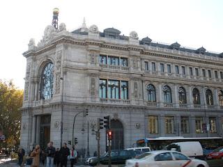 Imagen actual del edificio, con tres plantas en estilo neoclásico, con pilastras y numerosas figuras alegóricas.