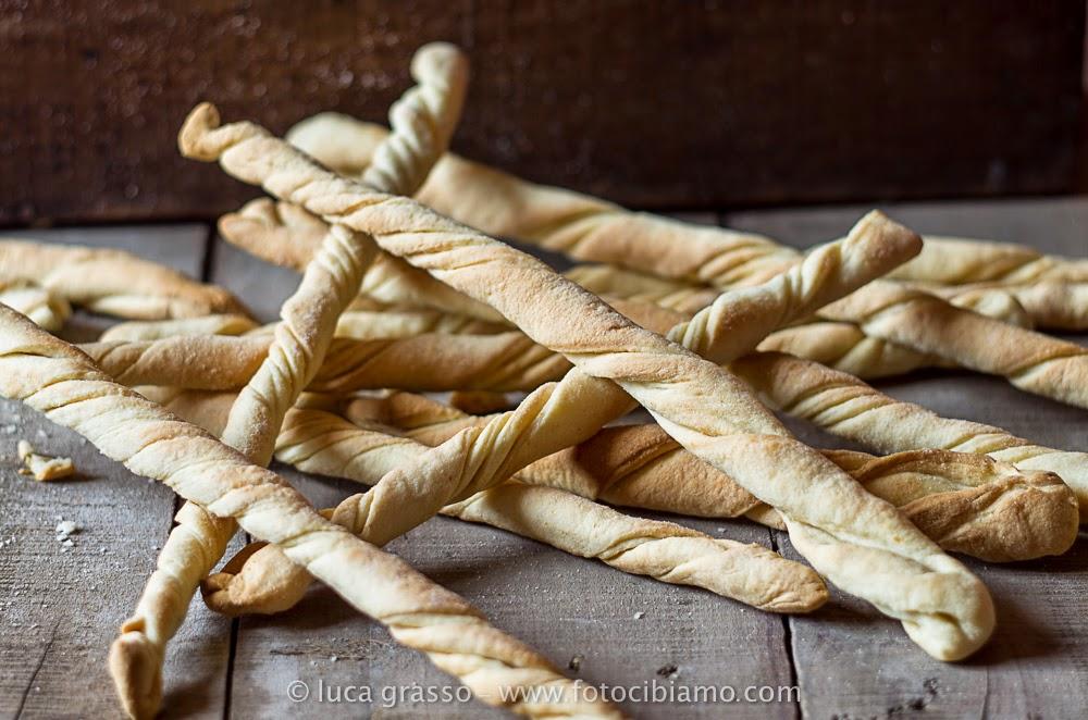 Ricetta Grissini Con Esubero Di Pasta Madre.Fotocibiamo Grissini Attorcigliati All Olio Con Esubero Di Pasta Madre