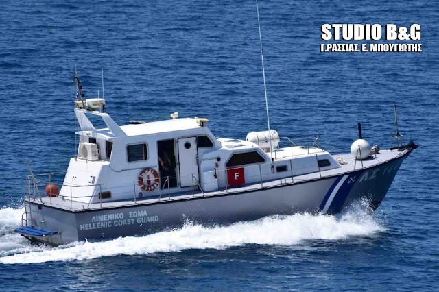 Ακυβέρνητο σκάφος με τέσσερα άτομα στον Κορινθιακό Κόλπο