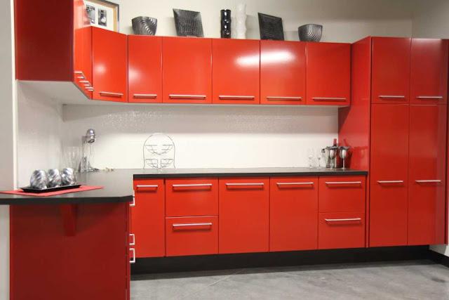 kabinet dapur warna merah dan hitam