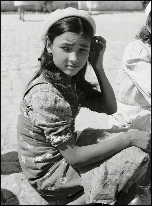 Крымскотатарская девочка на симферопольском базаре, 1943 год
