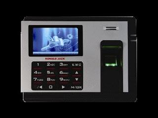 Máy chấm công thẻ giấy ghi nhận chính xác thời gian làm việc của nhân viên