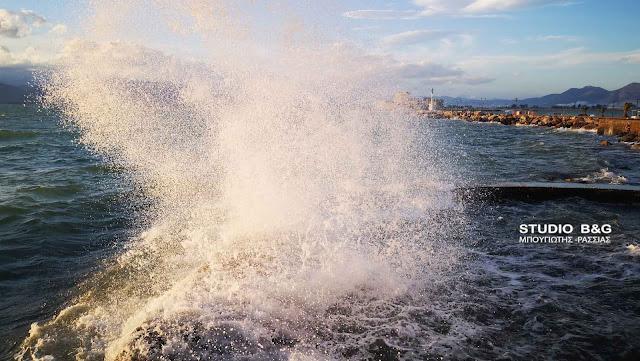Μποφόρ και κύματα στο Ναύπλιο - Επιδεινώνεται ο καιρός (βίντεο)