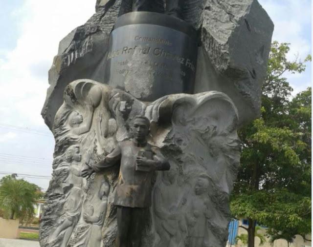 Quemaron y apedrearon la estatua de Chavez en Sabaneta de Barinas