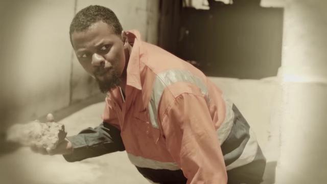 """O rapper Azagaia recuperado de seu problema de saude, volta a cena do rap com o clipe """"Minha Mesa"""""""