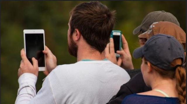 Mobile-phone-smartphone-users-phablet-selfie-photograph-TechFoogle-720-624x351