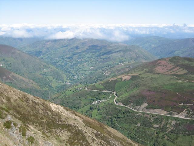 Rutas Montaña Asturias: Desde el Cueto Arbás, carretera que baja a Cangas del Narcea