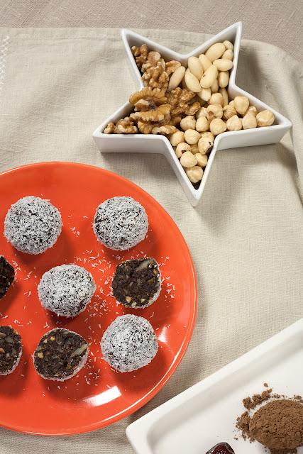 Bombice sa rogačem, orašastim plodovima i kokosom