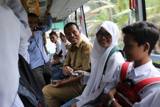 Wawako Pariaman Genius Umar Blusukan Dengan Menaiki Bus Sekolah.