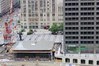 Macbook Pro عملاق على سقف متجر آبل الجديد بشيكاغو !