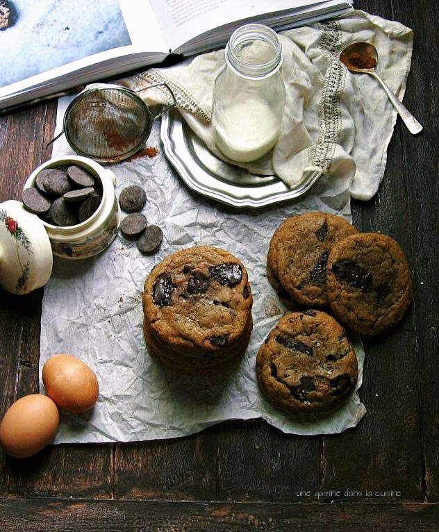 best {cinnamon} chocolate chip cookies from Izy Hossack's Top with Cinnamon cookbook | une gamine dans la cuisine