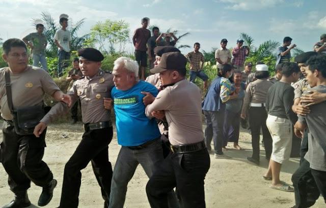 Polisi mengamankan salah seorang warga.