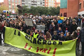 Medio millar de manifestantes protesta por el posible cierre del colegio La Milagrosa