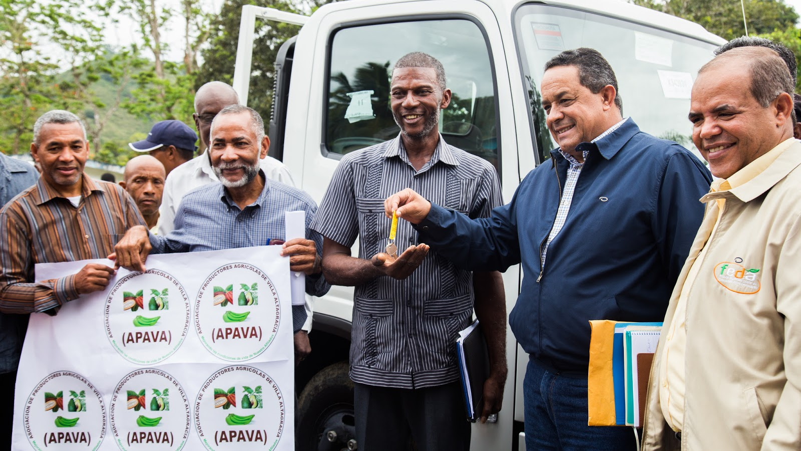 Cacaocultores Villa Altagracia reciben camión; iniciarán centro de fermentación, vivero y secaderos